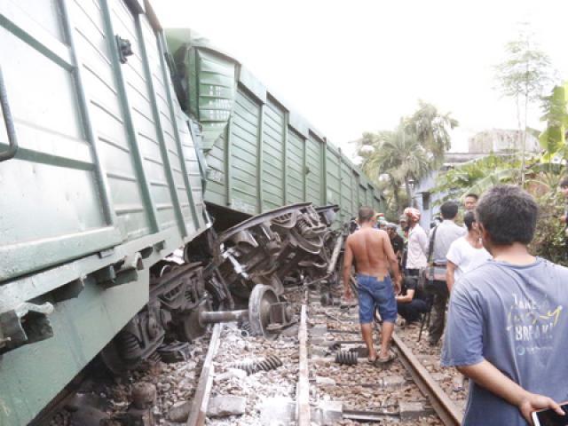 NÓNG: 2 tàu hỏa tông trực diện, phát ra tiếng nổ như bom