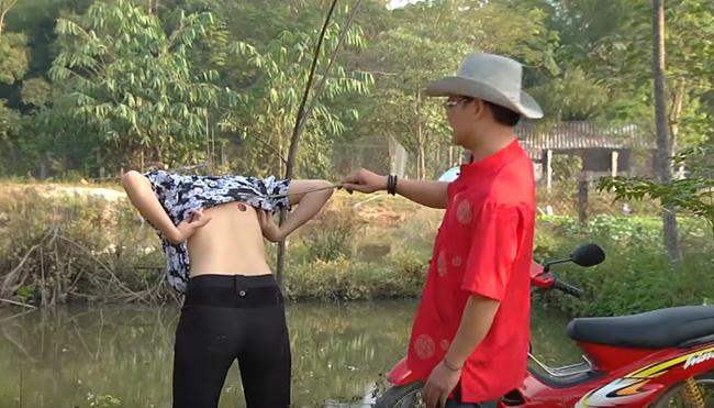 my nu khong mac noi y dong canh ven ao cho trung hieu xem not ruoi hinh anh 2