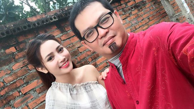 my nu khong mac noi y dong canh ven ao cho trung hieu xem not ruoi hinh anh 1