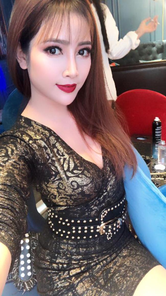 my nu khong mac noi y dong canh ven ao cho trung hieu xem not ruoi hinh anh 11