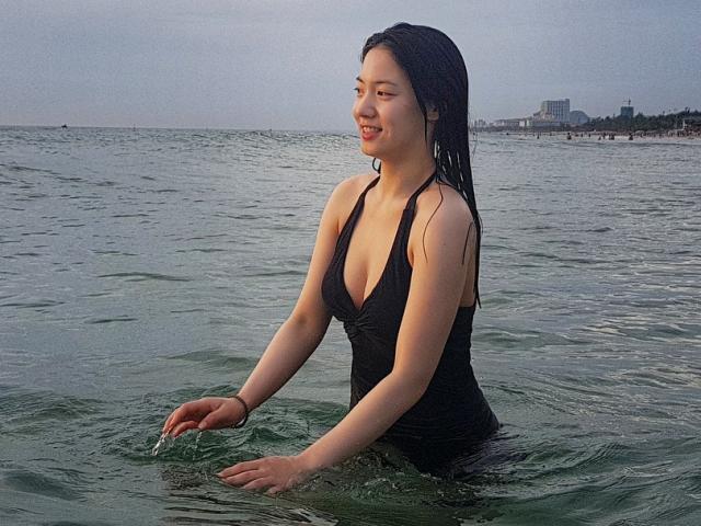 Sao nữ Hàn khoe vòng một sexy trên biển Đà Nẵng sau khi bị fan Việt chửi bới