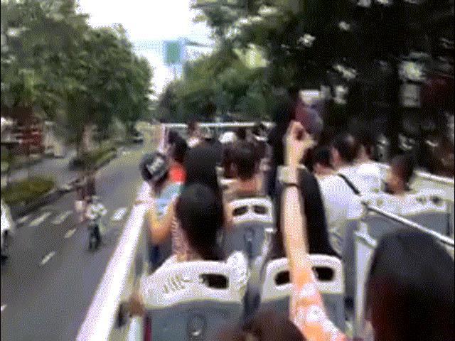 Trải nghiệm ngồi trên xe bus 2 tầng mui trần đầu tiên ở Hà Nội