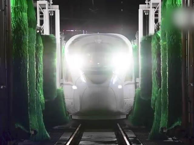 """Cận cảnh """"tắm rửa"""" cho tàu cao tốc nhanh nhất thế giới của Trung Quốc"""