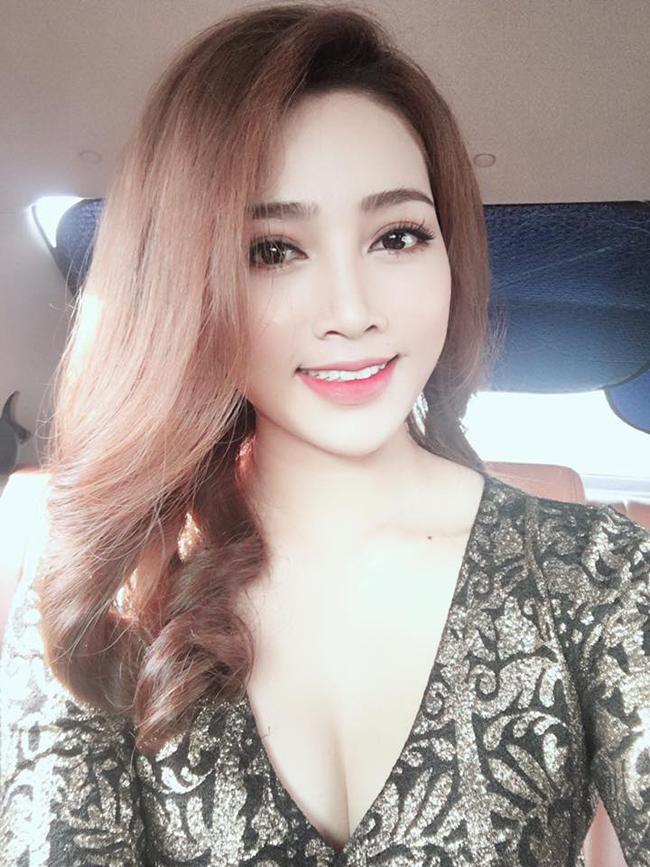 my nu khong mac noi y dong canh ven ao cho trung hieu xem not ruoi hinh anh 18