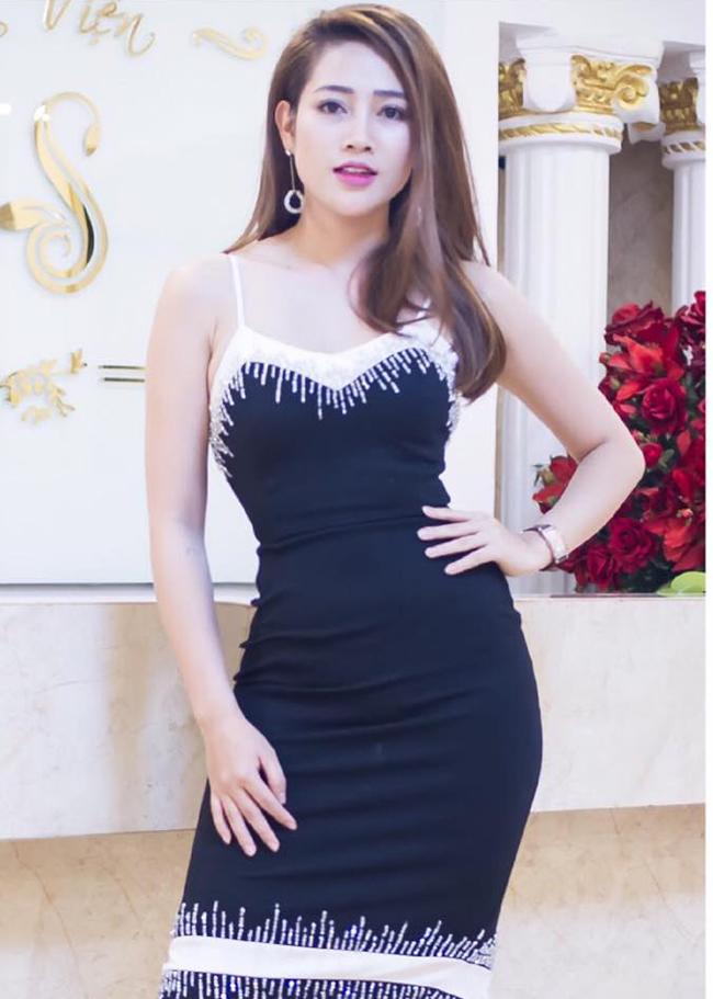 my nu khong mac noi y dong canh ven ao cho trung hieu xem not ruoi hinh anh 23