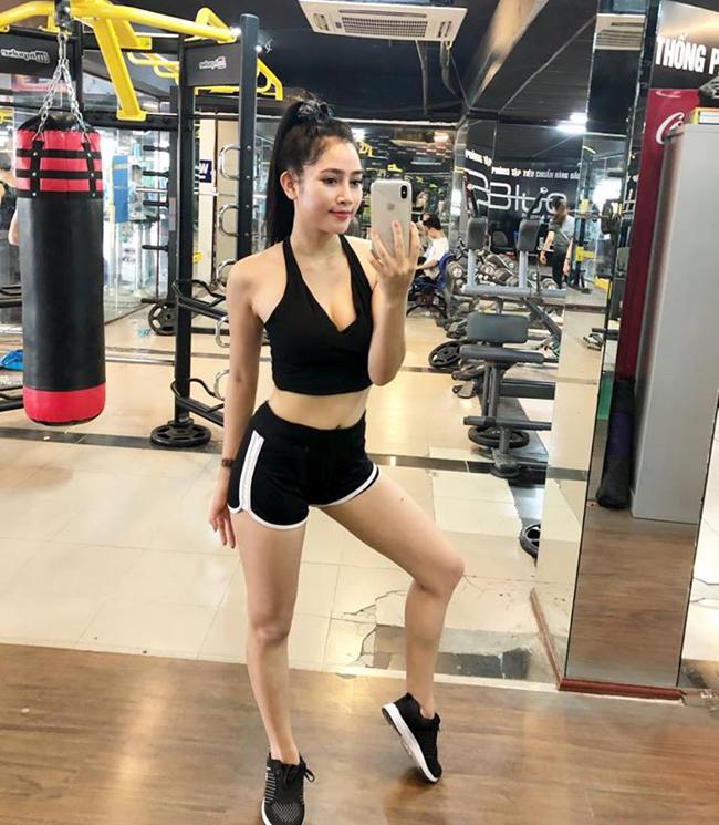 my nu khong mac noi y dong canh ven ao cho trung hieu xem not ruoi hinh anh 25