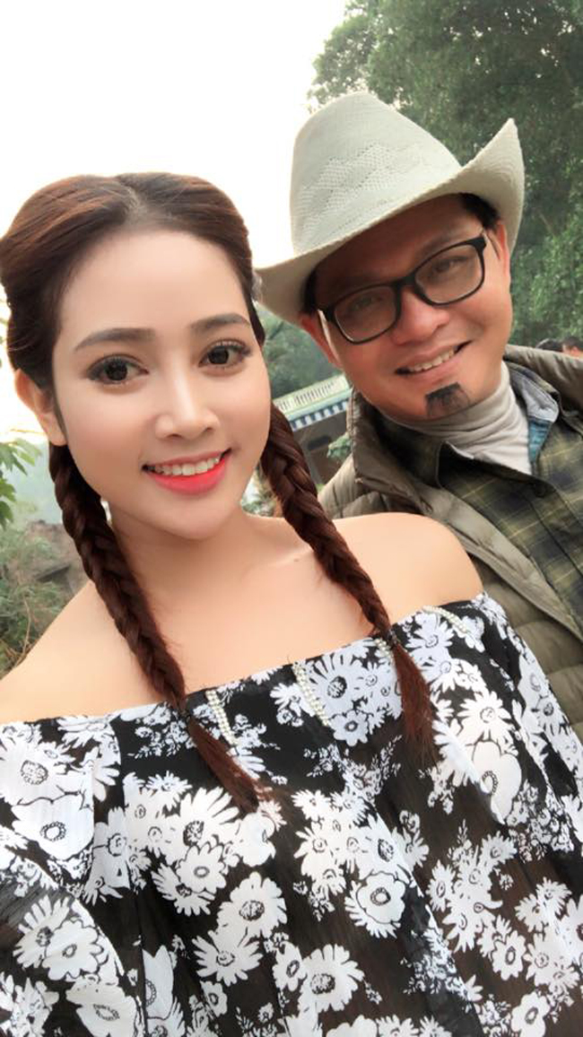 my nu khong mac noi y dong canh ven ao cho trung hieu xem not ruoi hinh anh 4