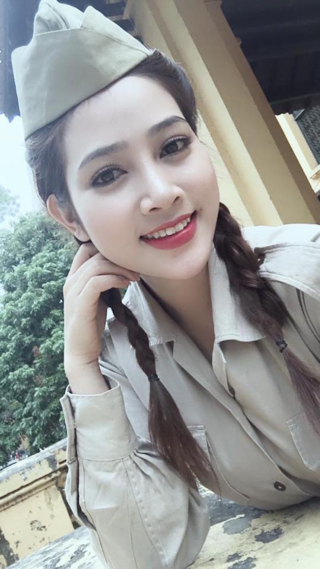 my nu khong mac noi y dong canh ven ao cho trung hieu xem not ruoi hinh anh 6