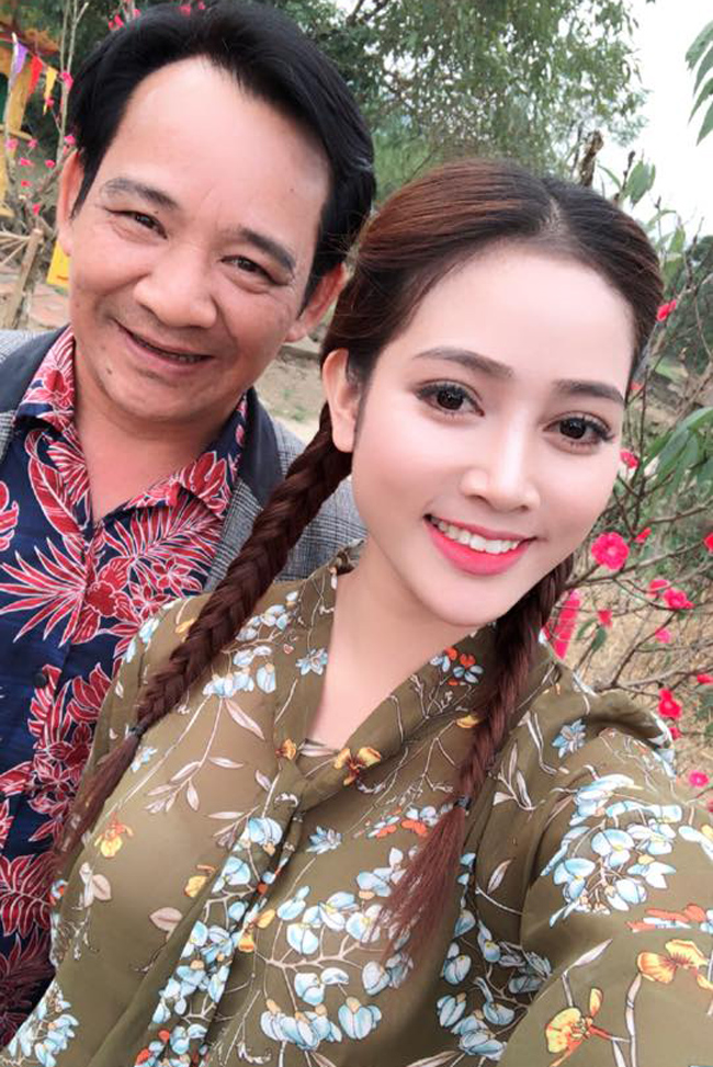 my nu khong mac noi y dong canh ven ao cho trung hieu xem not ruoi hinh anh 5