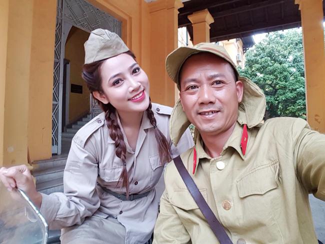 my nu khong mac noi y dong canh ven ao cho trung hieu xem not ruoi hinh anh 7