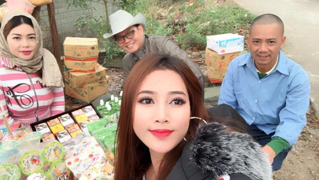 my nu khong mac noi y dong canh ven ao cho trung hieu xem not ruoi hinh anh 8