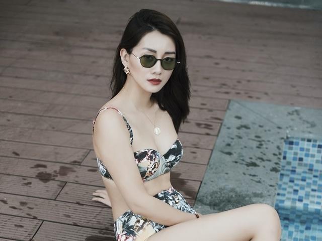 MC Quỳnh Chi diện áo tắm khoe vòng eo con kiến