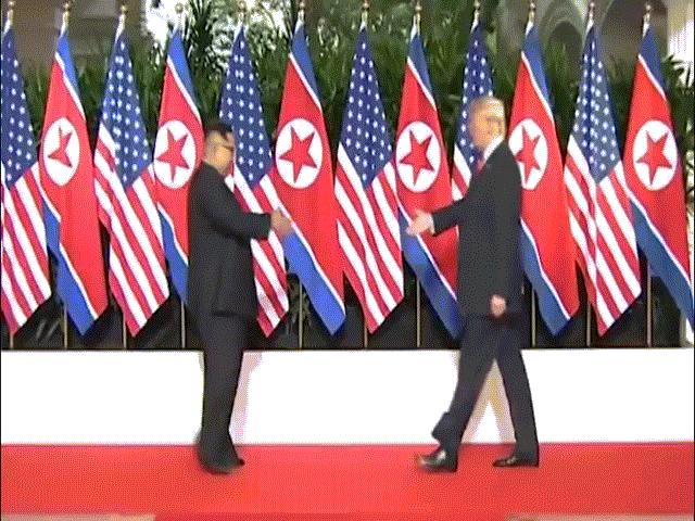 Vì sao Donald Trump đặt tay vào lưng Kim Jong-un?