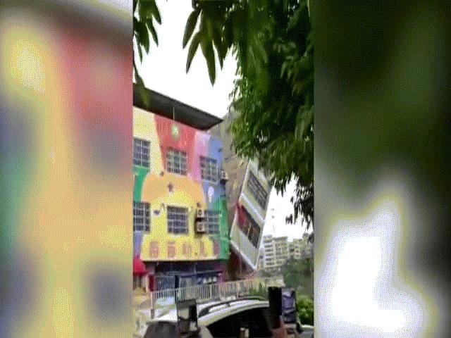 Khoảnh khắc 6 nhà cao tầng đổ sập vì mưa lũ kinh hoàng ở TQ