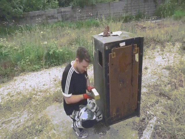 Anh: Mua két sắt 45 triệu, tìm thấy cả một kho báu bên trong?