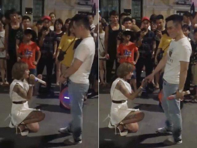 """""""Hot girl xăm trổ"""" quỳ gối cầu hôn bạn trai gây xôn xao phố đi bộ HN"""