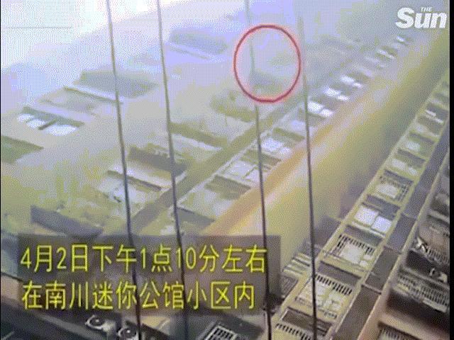 TQ: Bé gái rơi vùn vụt từ tầng 26 và phép màu xảy ra khi tiếp đất