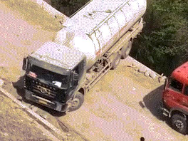 Nín thở xem tài xế xe tải quay đầu bên rìa vách núi