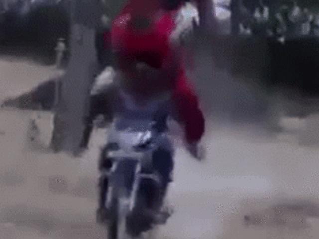Video: Đi phượt suýt bị bạn ngồi sau nảy lên đè gãy cổ