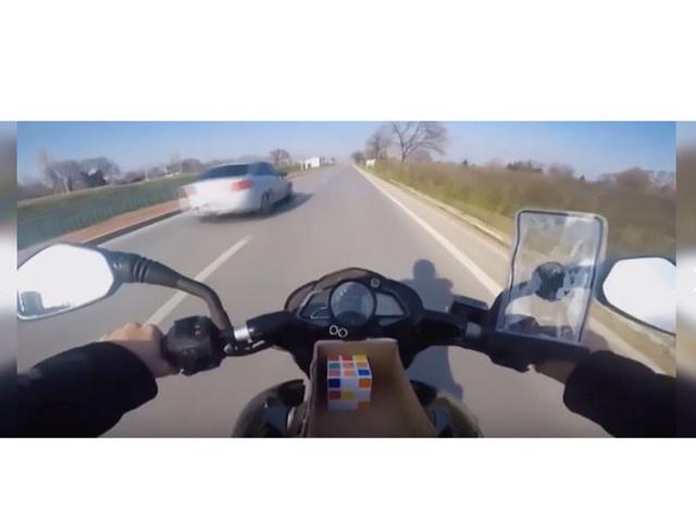 """""""Đỉnh của đỉnh"""" là đây: Vừa lái xe máy vừa chơi rubik"""