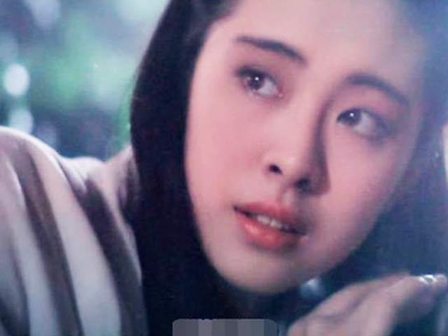 """""""Xà tinh đẹp nhất Hồng Kông"""" 52 tuổi vẫn hấp dẫn nhờ không yêu cũng chẳng lấy chồng"""