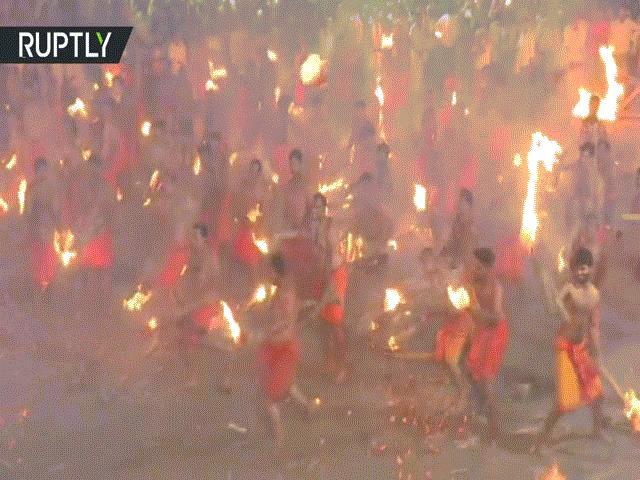 Hỗn loạn cảnh hàng trăm đàn ông Ấn Độ cởi trần, ném lửa vào nhau