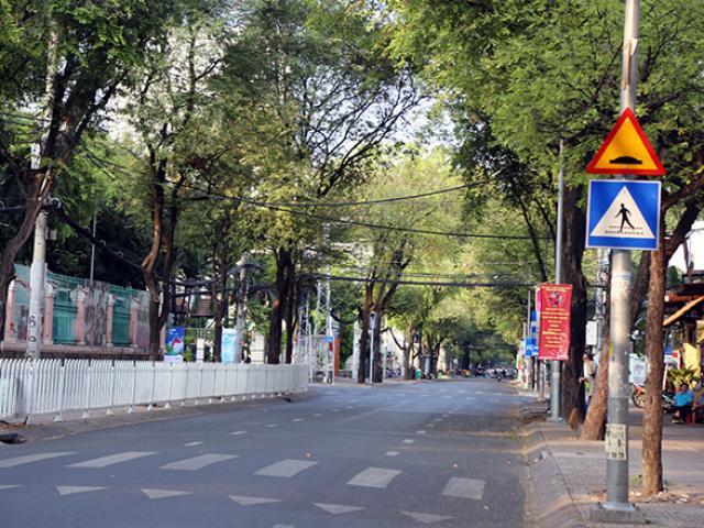 """Người dân """"rủ nhau đi trốn"""", đường phố Sài Gòn yên bình, thông thoáng đến lạ"""