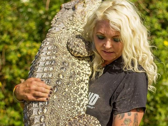 Nữ cựu hải quân Mỹ kết thân với cá sấu khổng lồ dài gần 4m