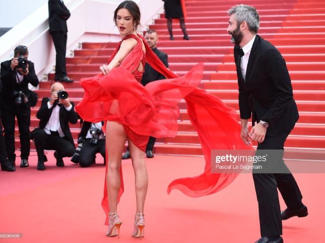 """Thiên thần nội y suýt lộ vòng 3 vì đặc sản cơn gió """"hư hỏng"""" ở Cannes"""