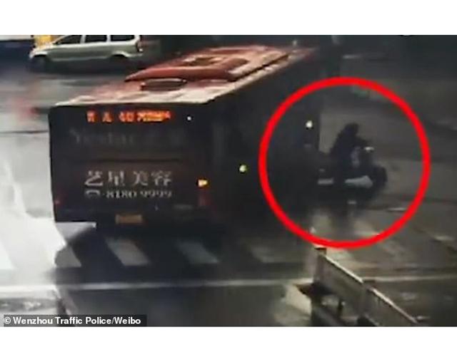Mẹ bầu thoát chết thần kỳ sau khi bị kéo lê dưới bánh xe buýt