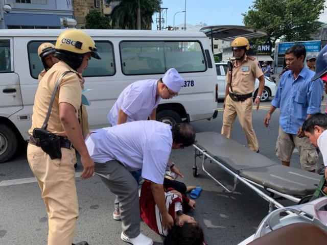 CSGT sơ cứu người phụ nữ bị nạn gào khóc giữa trung tâm Sài Gòn