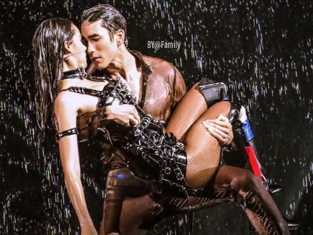 """Cặp sao Thái Lan diễn """"cảnh phòng the"""" trước ngàn khán giả gây tranh cãi"""