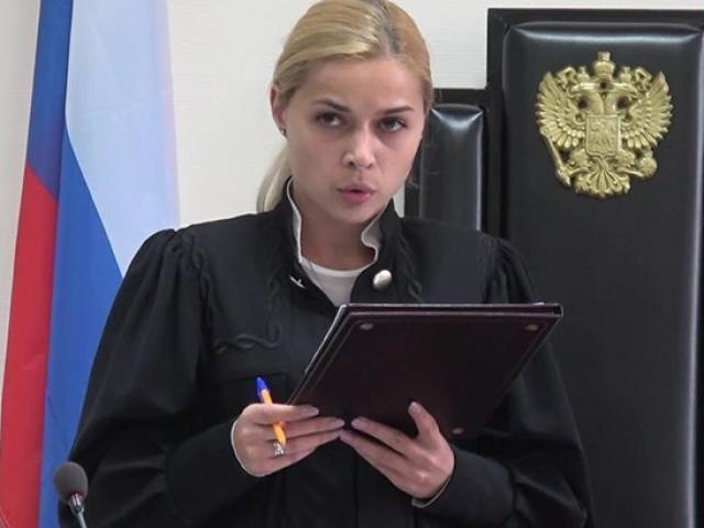 Nga: Lộ ảnh ngực trần, nữ thẩm phán xinh đẹp bị buộc thôi việc