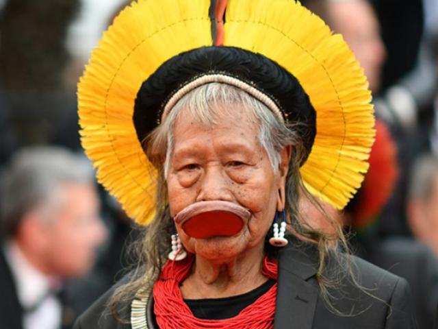 Tộc trưởng đến từ rừng rậm Brazil gây chú ý trên thảm đỏ Cannes