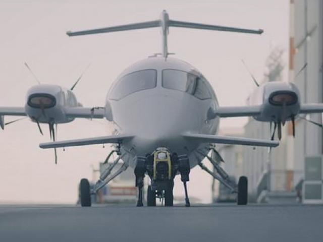 Chó robot kéo máy bay nặng hơn 3 tấn trên đường băng