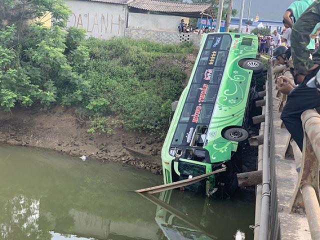Xe khách lao xuống sông ở Thanh Hóa, 1 người chết, nhiều người bị thương