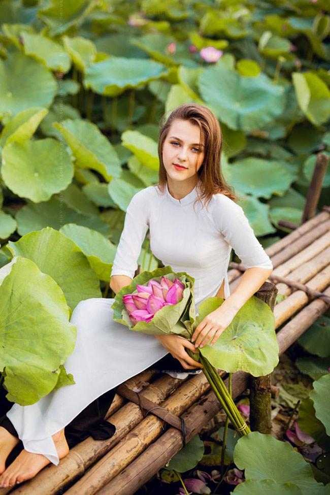 thieu nu ukraine buong loi day yem, dep nhu tranh ve ben sen hinh anh 18
