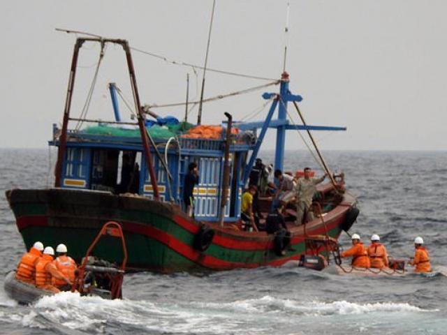Tàu cá Nghệ An chìm gần đảo Bạch Long Vỹ, 10 ngư dân mất tích