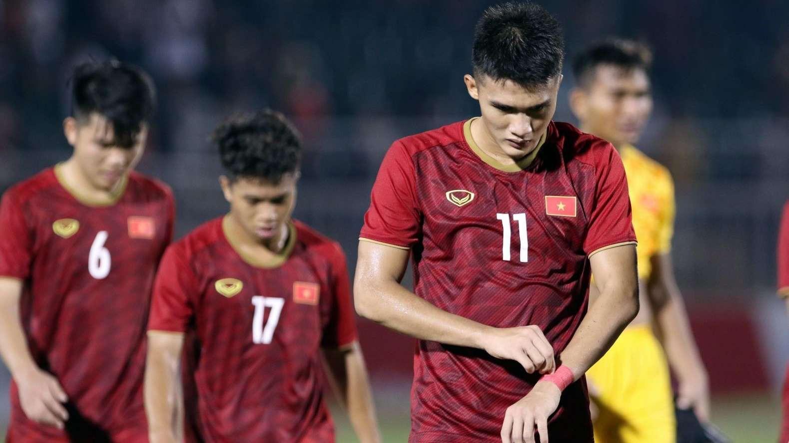 HLV Hoàng Anh Tuấn chỉ ra nguyên nhân Việt Nam thua sốc Campuchia - Ảnh 1.