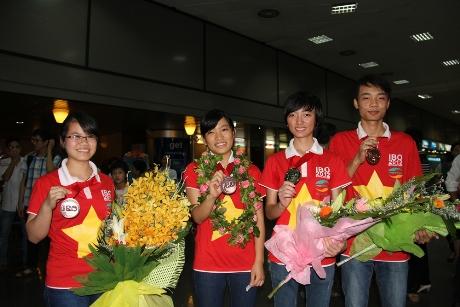 Bốn thí sinh đoạt huy chương tại kỳ thi Olympic Sinh học năm 2012 tại Singapore. Ảnh: Trường Phong