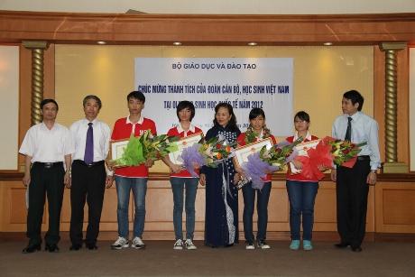 Đại diện Bộ giáo dục và đào tạo trao bằng khen cho bốn học sinh. Ảnh: Trường Phong