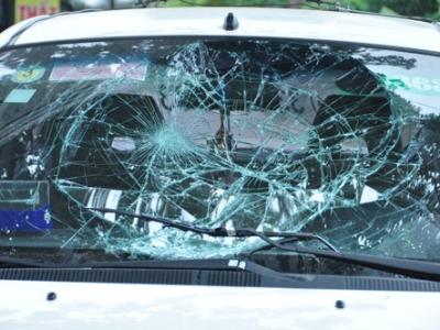 Mặt kính chiếc xe bị vỡ rạn sau khi đâm cảnh sát giao thông và xe ôm