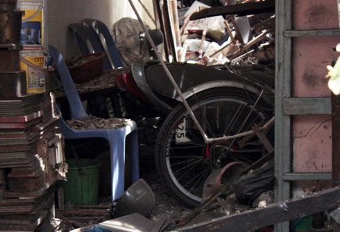 3 xe máy và nhiều tài sản của gia đình ông Nam bị vùi lấp trong đống đổ nát. Ảnh: An Nhơn