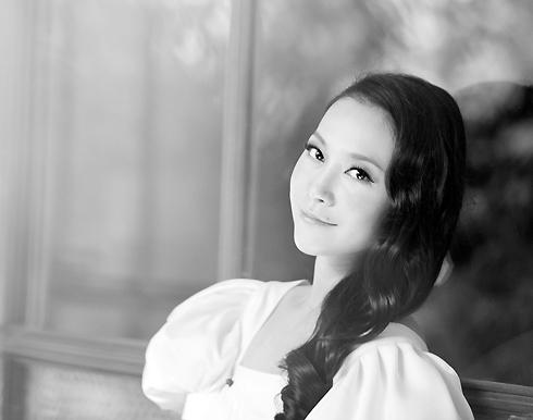 Linh Nga lên xe hoa cuối năm 2010, khi ở tuổi 25.