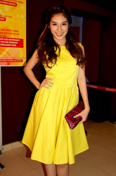 Khổng Tú Quỳnh diện váy vàng rực tới chúc mừng bạn trai Ngô Kiến Huy có vai diễn điện ảnh thú vị.