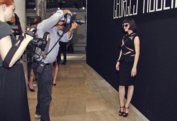 Tấm ảnh của Lý Nhã Kỳ tạo dáng trước ống kính nhiếp ảnh gia nước ngoài là sản phẩm ghép của photoshop.
