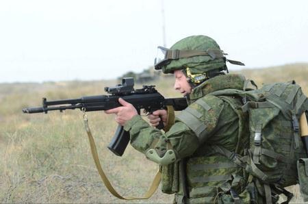 20.Binh sĩ Nga sử dụng súng trường tấn công AK-107 với kính ngắm điểm đỏ Krechet-M gắn trên ray Picatinny.