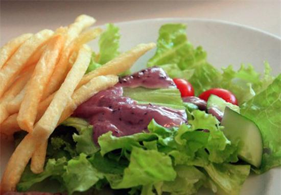 Salad với nước sốt dâu tằm lạ miệng.