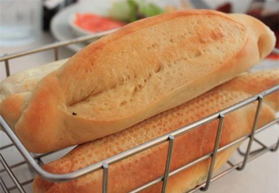 Bánh mì ăn kèm đặc ruột với hương thơm thoang thoảng của bơ rất hấp dẫn.