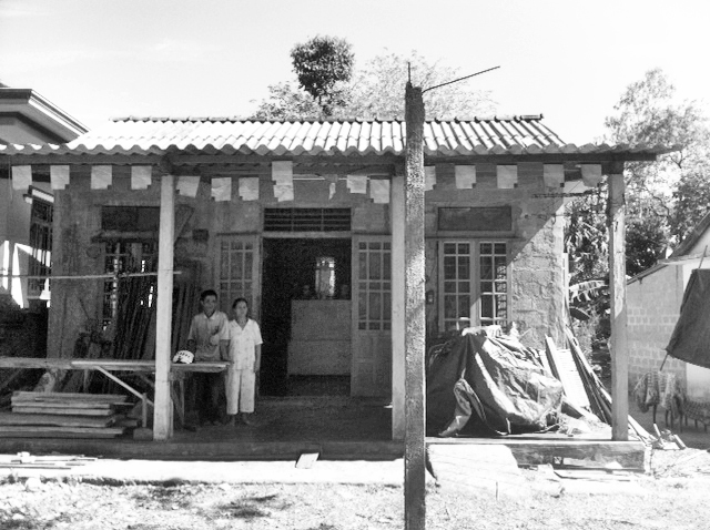 Ngôi nhà tình thương do các gia đình Phật tử và chính quyền địa phương giúp xây cất
